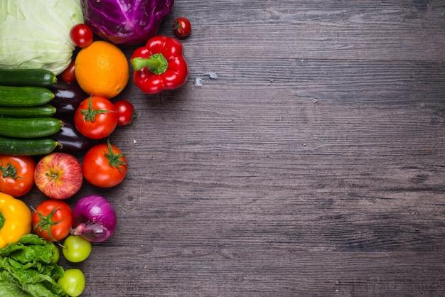野菜と木製のテーブル