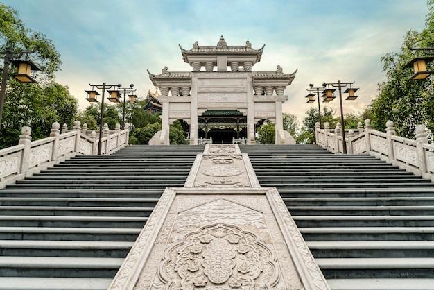 奉恩寺、中国の重慶市の寺院のアーチ道と石の椅子