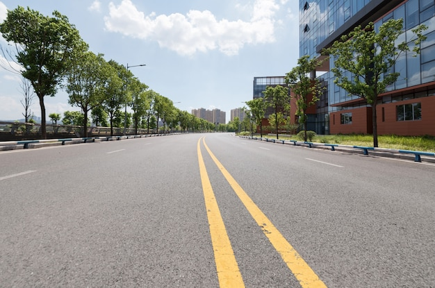 重慶、中国の高速道路と近代的な都市の建物