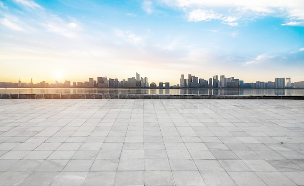空のコンクリートの正方形の床、杭州、中国とパノラマのスカイラインと建物