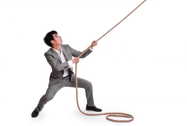 ロープを引っ張る従業員