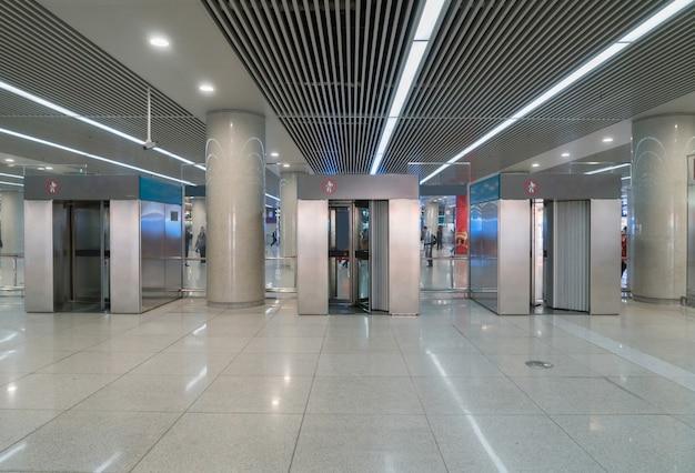 Контрольно-пропускной пункт аэропорта с металлоискателем
