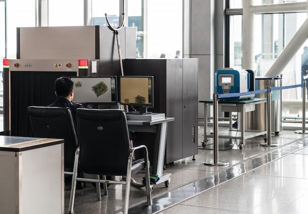 金属探知機を備えた空港セキュリティチェックポイント