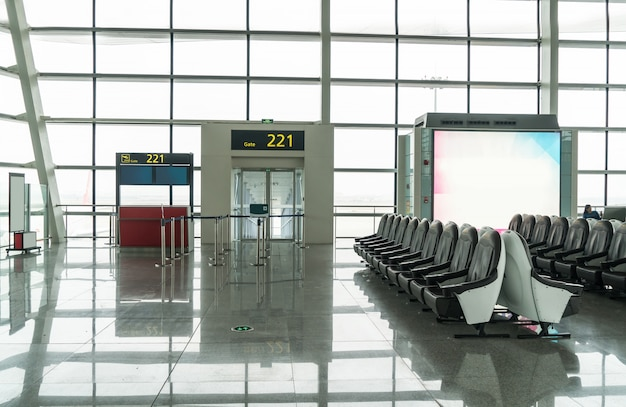 空港の真新しい出発ラウンジ