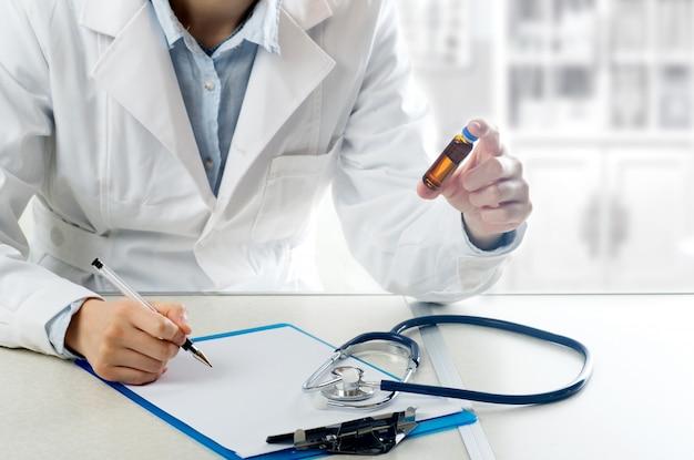 医学的および医学的概念若い女性医師と病院の患者さんが薬の調量を指導します