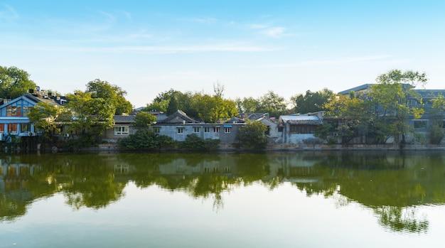 北京、中国の湖畔の古い家