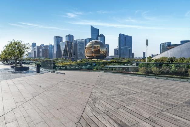 パノラマスカイラインと中国の空のコンクリートの正方形の床の建物