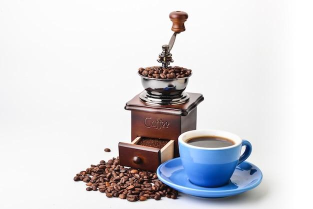 挽きたてのコーヒーとコーヒーのカップ
