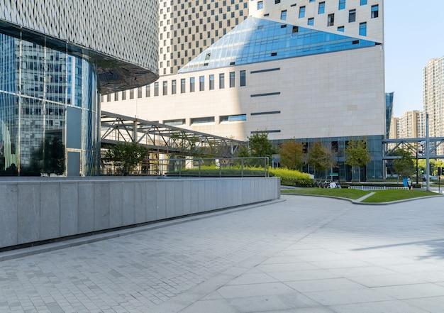 パノラマスカイラインと空のコンクリートの正方形の床の建物