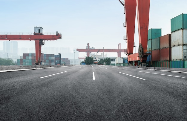 高速道路とコンテナターミナル