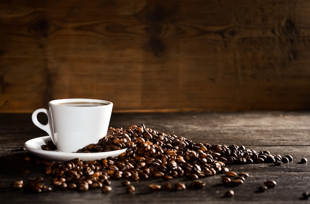 コーヒー豆の山とコーヒーのカップ