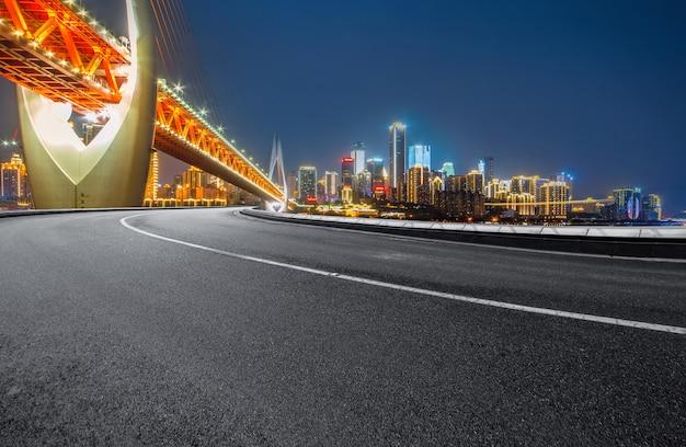 高速道路と近代的な街のスカイラインは中国の重慶にあります。