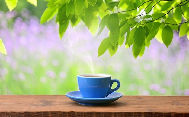 香り豊かなコーヒーのカップ、屋外で