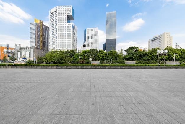 パノラマスカイラインと成都の空のコンクリートの正方形の床の建物