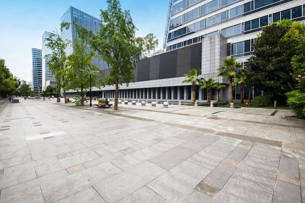 パノラマスカイラインと成都、中国の空のコンクリートの正方形の床と建物
