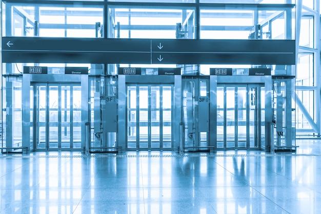 空港ターミナルのエレベーター