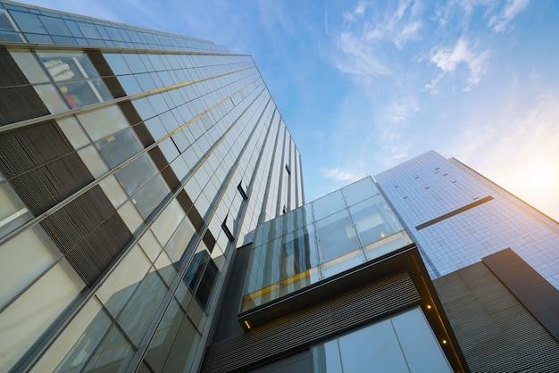 重慶、金融センターの高層ビルを見上げる