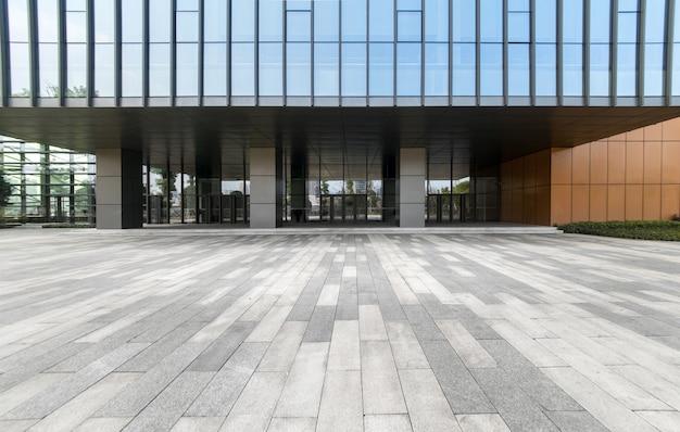 パノラマスカイラインと空のコンクリートの正方形の床、重慶、中国の建物