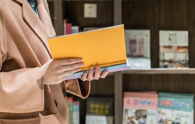 図書館で読む女性客