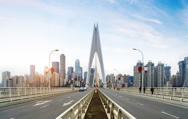Скоростная дорога на мосту через реку янцзы и современный городской пейзаж в чунцине, китай