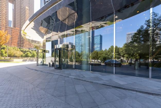 空のコンクリートの正方形の床、銭江ニュータウン、杭州、中国の建物