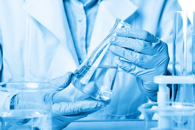 化学実験室では、女性科学者が実験をしています