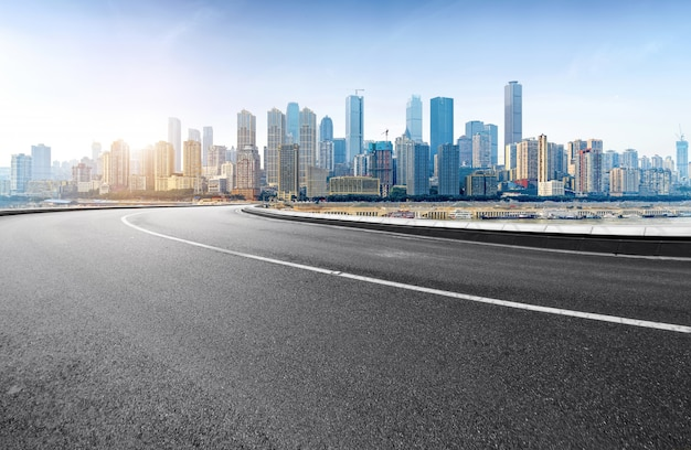 Скоростная автомагистраль и современный город находятся в чунцине, китай.