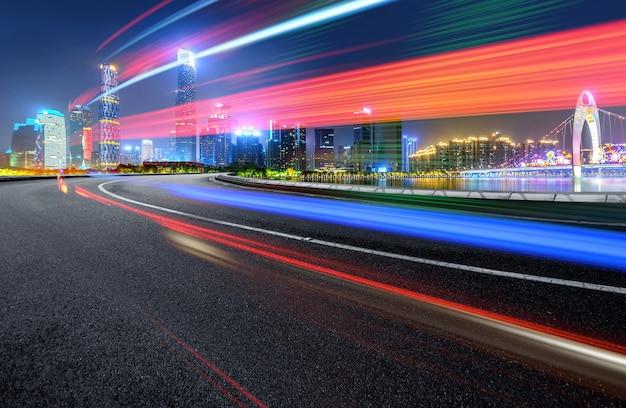 Абстрактный образ размытия движения автомобилей на городской дороге в ночное время, современная городская архитектура в чунцине, китай