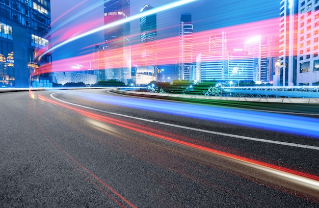 夜、市内の道路上の車のぼかしの動きの抽象的なイメージ、重慶、中国の近代的な都市建築