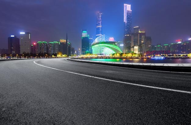 高速道路と近代的な街のスカイラインは中国の広州にあります。
