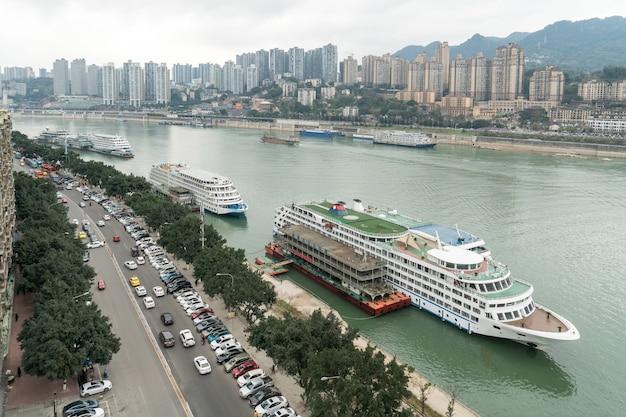 中国の重慶の揚子江に停泊する大型クルーズ船。