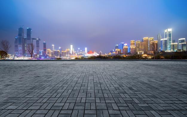 空の床と中国の重慶の近代的な都市の建物