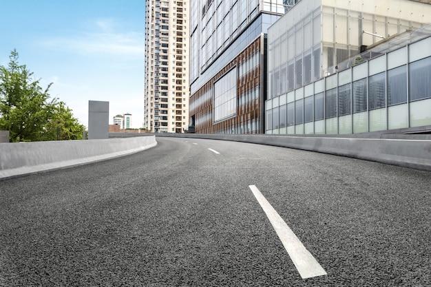 Пустое шоссе с городской пейзаж чэнду, китай