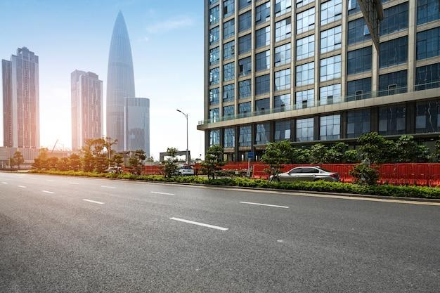 Пустое шоссе с городским пейзажем и горизонтом шэньчжэня, китая.