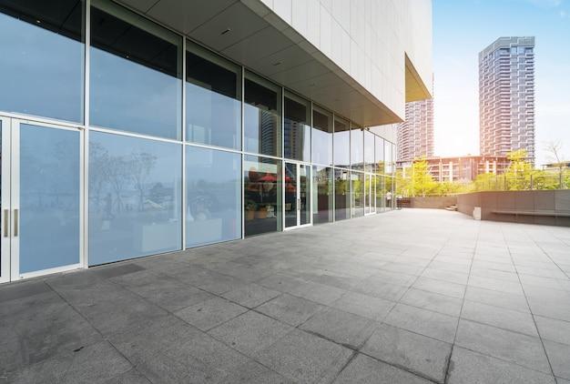 パノラマスカイラインとシンセンの空のコンクリートの正方形の床の建物
