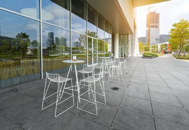 屋外カフェ、深セン湾公園、中国の白い鉄の椅子