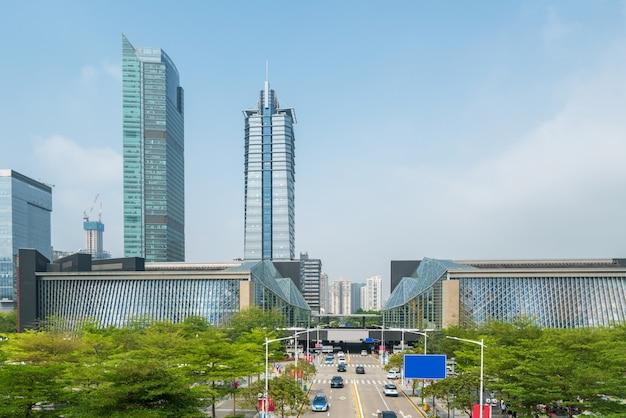 Панорамный горизонт и здания с пустым конкретным квадратным полом в шэньчжэне, фарфоре
