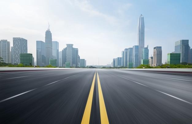 都市の景観とシンセン、中国のスカイラインと空の高速道路。