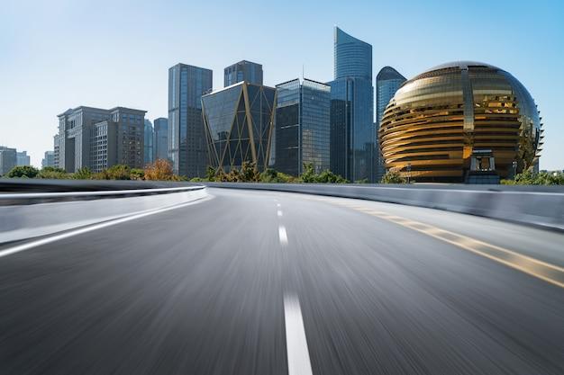 近代的な都市のランドマークの建物と空の道路床面