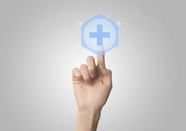 Крупным планом палец нажатием виртуальной кнопки