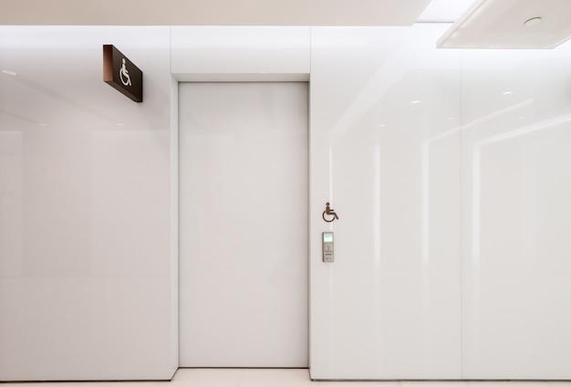 白い自動ドアは室内にあります