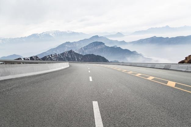 空の高速道路と遠くの山々