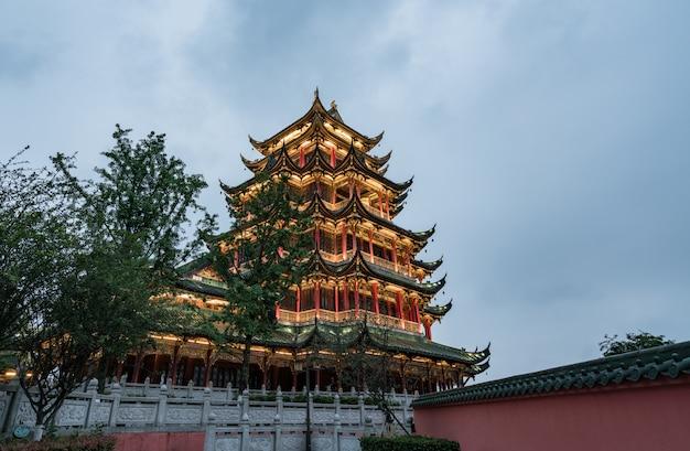 Древняя архитектура храма пагода в парке, чунцин, китай
