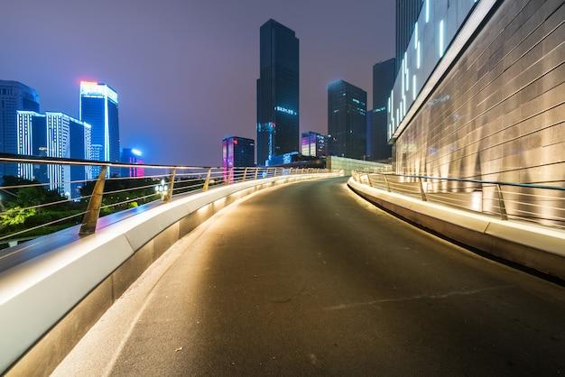 Офисные здания и шоссе ночью в финансовом центре, чунцин, китай