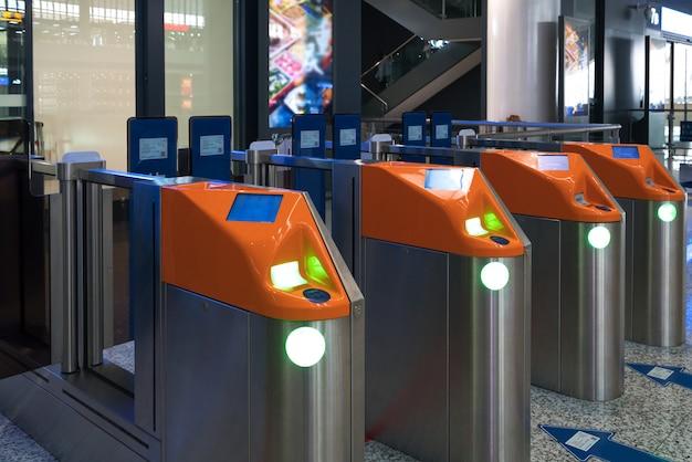Автоматические билетные ворота на станции метро