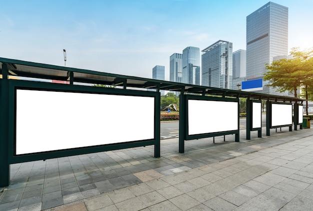 ステージ上のバス停看板、深セン、中国