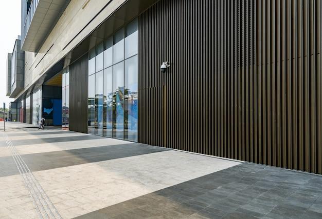 パノラマスカイラインと中国の深圳で空のコンクリートの正方形の床の建物