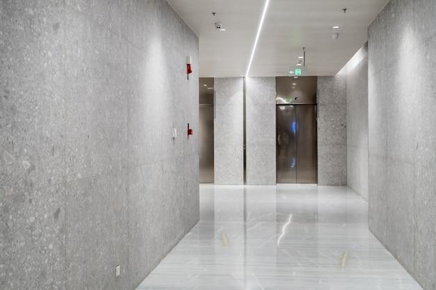 エレベーターの入り口はショッピングモールにあります