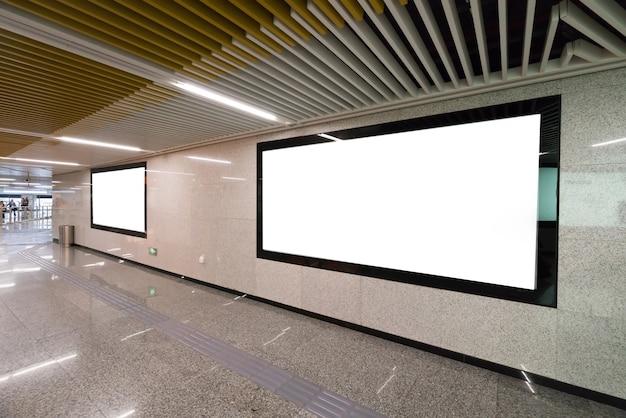 地下鉄の駅の通路でライトボックス広告