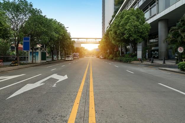Пустое шоссе с городской пейзаж и горизонт шэньчжэнь, китай